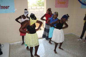 Danse de remerciement pour le CAEJ par les jeunes